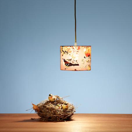 schöne lampe mit vogelnest
